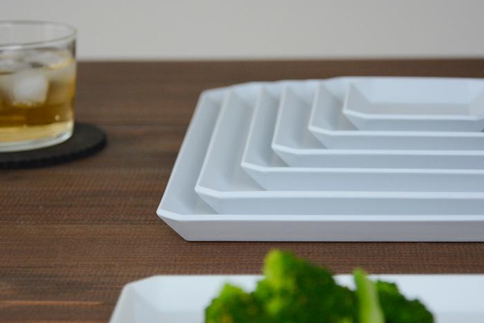 """サイズ違いで揃えれば、大皿料理から取り皿まで幅広く使えます。おもてなしのテーブルコーディネートにもぴったりですよ♪普段丸い形の食器を使うことが多いという方は、この機会にぜひ""""角皿""""をプラスしてみましょう。ここからは、おすすめの角皿や具体的なコーディネート術をご紹介します。"""