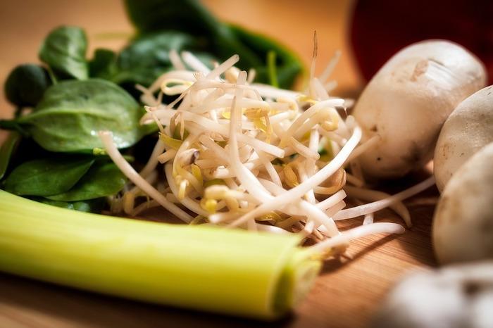 もやしの栄養を最大限に取り入れるためには、 調理法がとても重要になってきます。  熱に弱いカリウムやビタミンB1、ビタミンCなどを含んでいるもやし。 あまり長時間炒めたり、茹でたりするのは不向きな野菜です。  シャキシャキとしたあの歯ごたえを生かすためにも、 火は短時間でさらっとかけるのがベター。