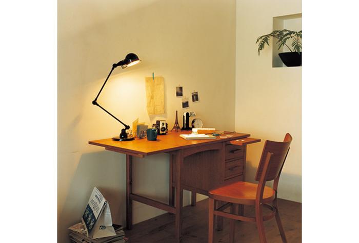 左側がエクステンションになっており、天板を伸ばすことができる机。参考書や資料をたくさん開く時には天板を長くできる優れもの。使っていない時には、すっきりコンパクトになるので、スペースのない子供部屋にも最適。