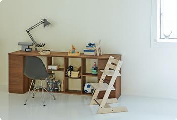 椅子がなければシェルフにも見える横長のデスク。奥行きが狭いのでコンパクトなお部屋にも圧迫感なく設置できますね。遊ぶ時には椅子を壁際に寄せ広い空間を。これなら2人でお勉強することもできるので兄弟のいる方にもお勧め。リビングに置いてもお洒落なインテリアになるので子供の勉強机を越して、様々な用途で長く愛用できそう。