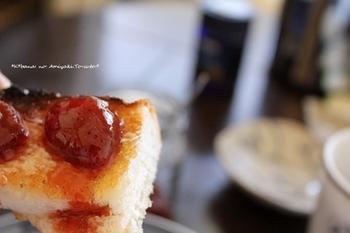 甘酸っぱさが美味しいジャムを乗せればさらに美味しさアップ。