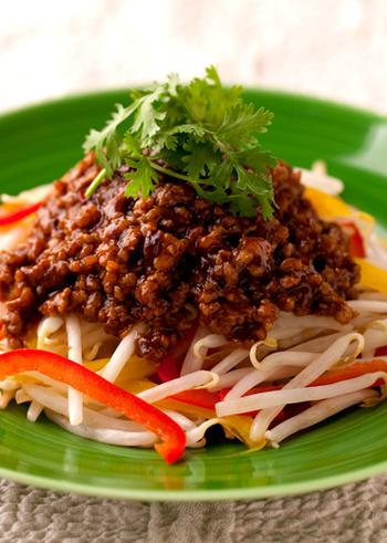 本格中華にもやしを用いたチャレンジレシピ。 パプリカやパクチーで彩りも鮮やかに♪食卓が一気に明るくなります。