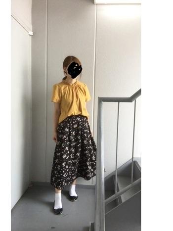 柄物スカートもソックスと黒のバレエシューズで上品な雰囲気に。