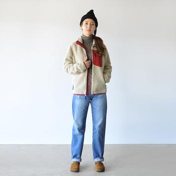 シンプルなデニムルックも、こなれ配色のボアジャケットがあればスタイリッシュに変身。ホワイト地にレッドのパイピングとパッチポケットが、鮮やかに映えています。