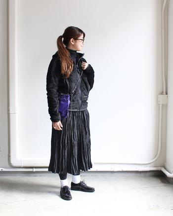 クールになり過ぎることもあるブラックのワントーン。ふわふわなジップアップジャケットと、繊細なプリーツスカートを合わせれば、カジュアルかつソフトなイメージに仕上がります。