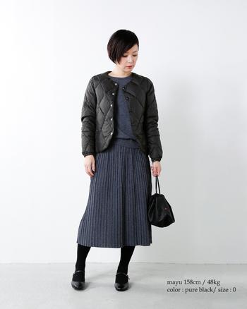 ダイヤ型ステッチが美しいブラックのキルティングジャケットは、落ち着いたマチュアなコーディネートにフィット。グレー&ブラックで、とことんシックにまとめましょう。
