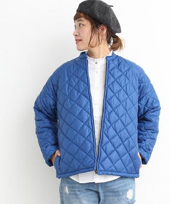 着こなしがヘビーになりやすい冬。青空みたいなブルーのキルティングアウターがあれば、パッと晴れやかなスタイリングが楽しめます。