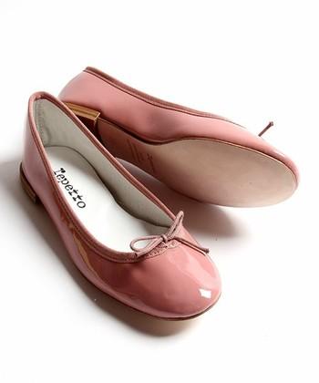 黒や赤では飽き足らない人は、ピンクのバレエシューズはいかが?上品な色合いで、履いているだけで優しい気持ちになれます。