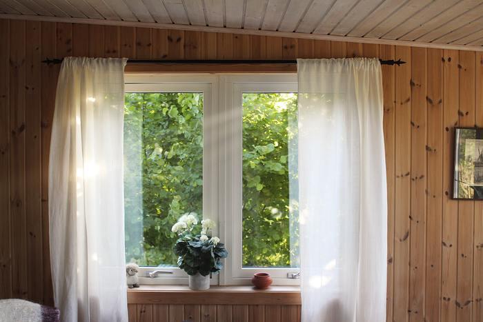 気持ちよく目覚めたい朝。ベッドから起きあがったらまずはカーテンを開けて、太陽の光をお部屋に入れましょう!