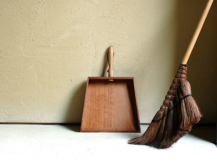 平日にちょこちょこ掃除していても、1週間分の汚れはどうしても溜まってしまうもの。でも、こだわりのお掃除道具があれば、掃除時間もより楽しくなります。床を普段使わない筋肉を動かしながら、しっかり掃いたり磨いたりすれば、筋力も鍛えられて一石二鳥です。