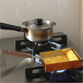 熱伝導のよい銅製なので、均一に熱がゆきわたり、みためも美しい金色のふっくらたまご焼きができあがります。木のハンドルで使いやすいのもうれしい◎