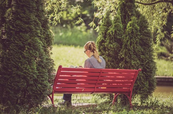 ランチの後は、緑いっぱいの公園で読みたかった本をじっくり読書。心に響いた言葉は手帳に書き留めておきましょう。その際、お気に入りの飲み物を水筒に入れて持って行くといいですね。