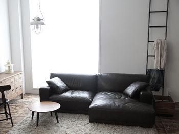 """ソファーなど主要インテリアをブラックにするだけでなく、写真のような黒のスチールの""""ラダー(はしご)""""を置くのも素敵なアイデア。洋服をかけたり、実用性も。海外の都市ライフでよく見かけるおしゃれな雰囲気になりますね。"""