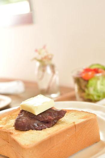 シンプルにバターだけもいいれど、やっぱりおすすめはあんこ×バターの組み合わせ!もっちりおいしいあんバタートーストは、ほっこりお腹を満たしてくれます。