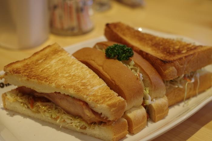 サンドイッチにするのもおすすめです。チキンやキャベツ、ハムやレタスなどお好きなものをチョイスして。