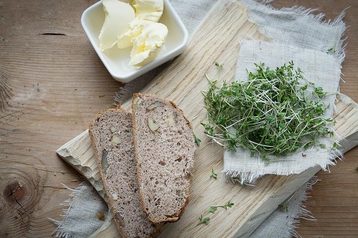 網焼きしたパンはそれだけでとっても美味しいのでシンプルにバターだけでも絶品。お好みで野菜やハム、チーズなどを乗せるのも◎