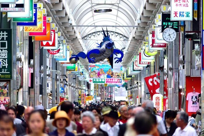 「武蔵小山」は目黒まで急行で3分、渋谷までは8分のアクセスの良さと、品川と目黒の区間を有しているため、高級住宅街と昔からの町工場が残るバランスの取れたエリアです。町のパルム商店街には、スーパーマーケットも多く、居酒屋や喫茶店、個人商店なども建ち並んでいて、一日中とても活気に溢れています。
