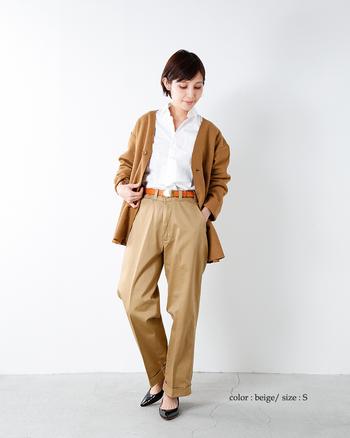 トラウザーパンツはベーシックなデザインも魅力のひとつですが、今シーズン買い足すならハイウエストタイプのものがおすすめです。シンプルなコーディネートでもおしゃれ感を演出できるので、いつもとは一味違った新鮮な着こなしが楽しめますよ。