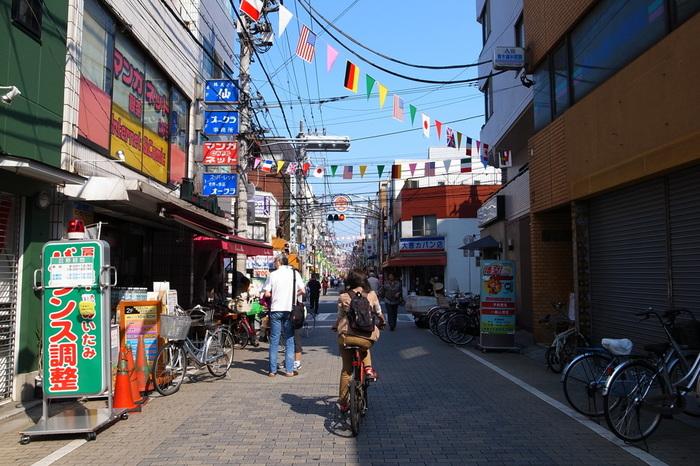 都内の中では少し控えめな印象のある北区ですが、「十条」は北区の中でも最大規模の商店街を持っており、東京3大銀座に名を連ねているほどです。また演芸場があり、その周辺には味わいのある小料理屋や居酒屋もあり、下町の気っ風の良さも感じさせるとても良い雰囲気を持っている町です。