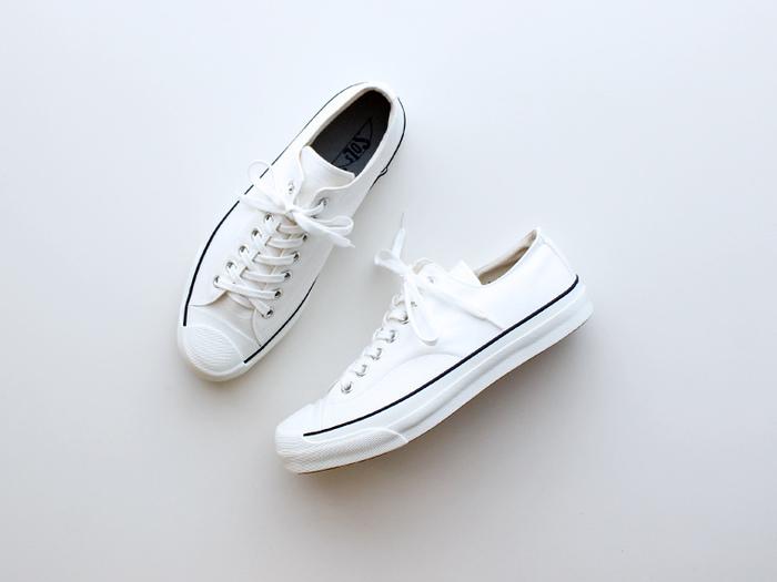 清潔感と爽やかさが魅力の「白スニーカー」も、これからのシーズンに欠かせないファッションアイテム。足元にクリーンな印象を与える「白」を取り入れるだけで、一気に春らしいコーディネートになります。白スニーカーはどんなスタイルにも合わせやすく、程よいぬけ感やこなれ感も演出できるので、ダークトーンが増えがちな冬のコーディネートにもぜひおすすめです。