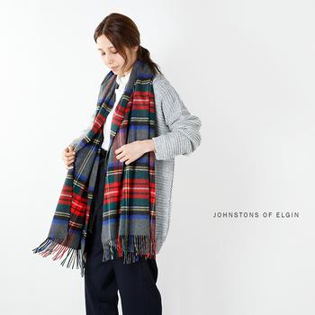 寒さが厳しい冬の時期はもちろん、春先にも活躍する「カシミヤストール」。肌寒い時にさっと羽織れるので、これからの季節は一枚あるととっても便利です。ストールには様々な色や柄がありますが、シンプルコーデのアクセントには、クラシカルなチェック柄がおすすめです。一枚さらりと羽織るだけで、着こなしの洗練度がUPしますよ。
