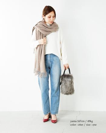 春先にはベージュやグレーなど、女性らしくて優しいカラーもおすすめです。春らしい淡い色合いが、季節感だけでなく上品さもプラスしてくれます。上質なカシミヤ素材のストールは年齢を問わず長く愛用できるので、毎年一枚ずつ買い足している方も多いそう。大判サイズのストールなら羽織やひざ掛けとしても活用できるので、ぜひ自分に似合う一枚を見つけてみませんか?