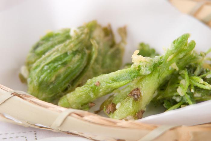 てんぷらなど高温で調理する場合は、アクの少ない山菜であればそのまま調理してOK。ふきのとうとたらの芽の鮮やかな緑を生かして薄めの衣で揚げ、山椒塩を添えていただきます。