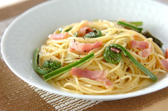 クセがなく食べやすいコゴミをベーコンと合わせてペペロンチーノに。鮮やかなグリーンがお皿に映えます。