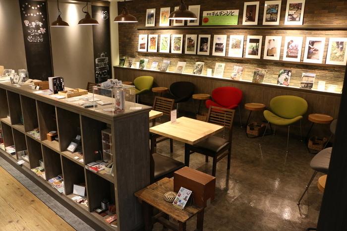 読書に、勉強に、仕事の合間にと、おひとりで来店される方がほとんどなので、店内は静か。東京堂書店おすすめの本が並びます。Wi-Fiのほか自由に使える電源もあり、作業をしたり、気になる本を手に取ったりと、長居してしまいますね♪