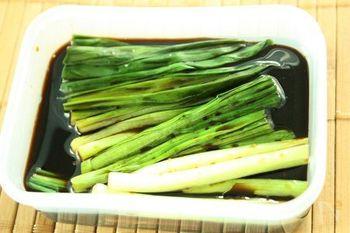 白いご飯と相性ぴったりの、行者にんにくの醤油漬け。冷蔵庫で一週間ほど保存できます。
