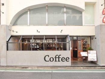 JR飯田橋駅から徒歩約3分。「飲み物は無料で滞在時間によって料金が課金される」という最近増えてきた、滞在時間制のカフェです。入店時に滞在時間を申告する必要はなく、退店時に精算します。