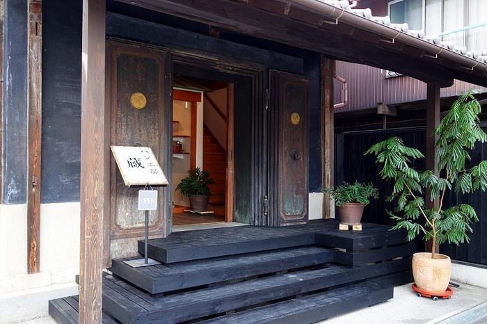 店内の通り明治の「足袋蔵」を改修したパン屋さんです。「カフェ 閑居」と同じ敷地内にありますよ。