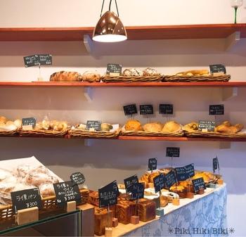 「カフェ閑居」のパンプレートで出されるグラハムブレッドをはじめ、クリームチーズとアップルデニッシュ、ケシの実とクリームチーズを使ったモーン ケーゼ、栗のクグロフ、グリュイエール チーズフランスなどなど、連れて帰りたいパンで溢れています。