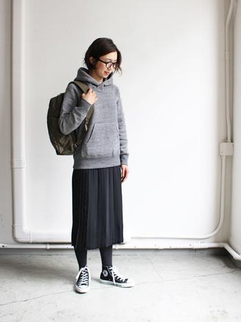 軽やかな雰囲気の「プリーツスカート」も、これからの季節に出番が多くなるアイテム。大人っぽくて上品なフェミニンコーデはもちろん、カットソーやパーカーを合わせたカジュアルコーデにも活躍します。どんなスタイルにも合わせられるアイテムですが、丈によって印象が変わるのもプリーツスカートの魅力です。