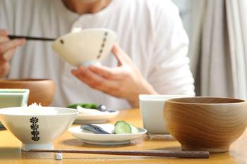茶碗やお椀を持って食べるのが和食の作法。ですが、洋食ではテーブルに置いたまま食べるのがマナーです。手で持ちあげて食べないため、洋食器は大きくて重たいの特徴。和食器のほうが、形・サイズ・重さに、さまざまな個性の違いがあります。