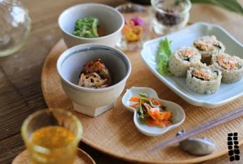 """和食が世界に誇れるのは、""""四季を楽しむ美意識""""があることです。器は、季節と彩りを表現するための立役者。食に奥行きもたらしています。洋食器の主流は白色ですが、黒やグレーといった暗色が多用されているのも日本ならでは。"""