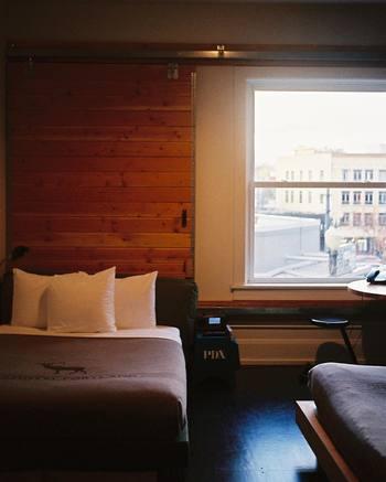 旅行でもピローミストは大活躍。宿泊先のホテルの枕元にシュッとひと吹きすれば、不慣れなベッドでもリラックス。旅の疲れも癒してくれるはずです。