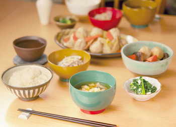 和食の基本は「一汁三菜」。ご飯のほか、汁物+主菜+副菜2品というのが昔ながらの献立です。一方、洋食の代表としてフランス料理を例に挙げると、ベーシックなコースでは4品(前菜、スープ、メイン、デザート)。器の種類は、こうした食の構成によって決まってきます。