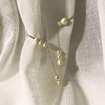 コットンパールの上品なイヤリングですが、一番下のコットンパールに「香水」や「アロマオイル」などを1,2滴たらして香りを楽しむことができます。  歩いて揺れるたびに、耳元から香りがふわりとただよいます。
