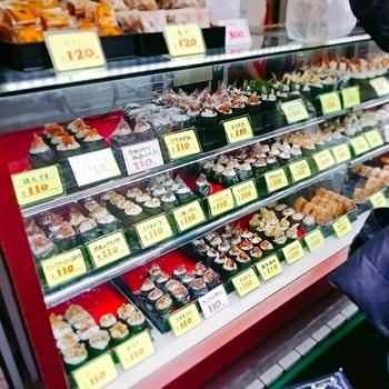 おにぎりの固さが丁度よく、常時40種類程のおにぎりが販売されています。定番のオーソドックスなおにぎりから、あなご天や、たこ焼き、牛肉コロッケ、グリーンカレー…などなど、変わり種のおにぎりが、ショーケースにいっぱい!  どれも100円という、リーズナブルなところも魅力的ですね♪ 蒲田屋の名物といわれている『なすみそ』のおにぎりは、昔からの味を今でも引き継ぎ、みそとご飯の相性が抜群の味わいだとか…。