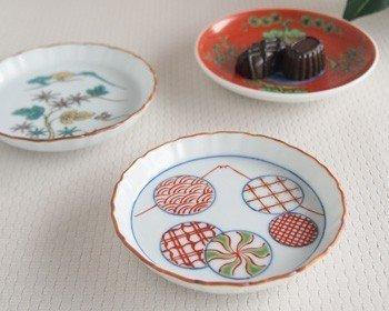 日本の伝統磁器としては「伊万里焼」「有田焼」「九谷焼」「砥部焼」が知られています。明るく澄んだ色彩で、テーブルに添えれば家庭料理が上質なおもてなしに!