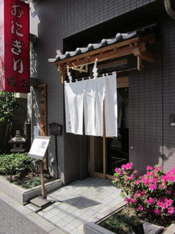 """創業昭和29年の老舗、東京で一番古いおにぎり屋さんとして知られる""""浅草宿六""""。著名人なども通う程の人気店なので、店内はいつも賑わいを見せています。"""