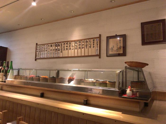 店内はお寿司屋さんの様な雰囲気で、カウンターの前のガラスケースには、おにぎりの具材が、ずらりと並び、その中から好きな具材を選んで握ってもらう事が出来ます。