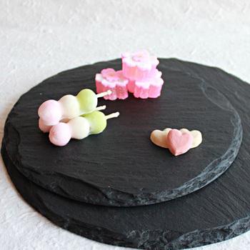 黒の食器は、意外にどんな料理とも合います。高級感が出るので、おもてなしに最適。普通のおにぎりでさえ、おしゃれに見えます。黒とのコントラストを活かすために、器を埋め尽くさないように少量盛るのがコツ。