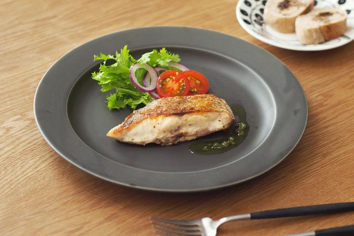 メインディッシュはお魚料理。一緒にサラダとごはんをのせたら、本格的なワンプレートディナーに。 マットな質感が上質。SAKUZAN Saraの別注カラー、ディムグレーのシックなプレートで、特別なひとときを。
