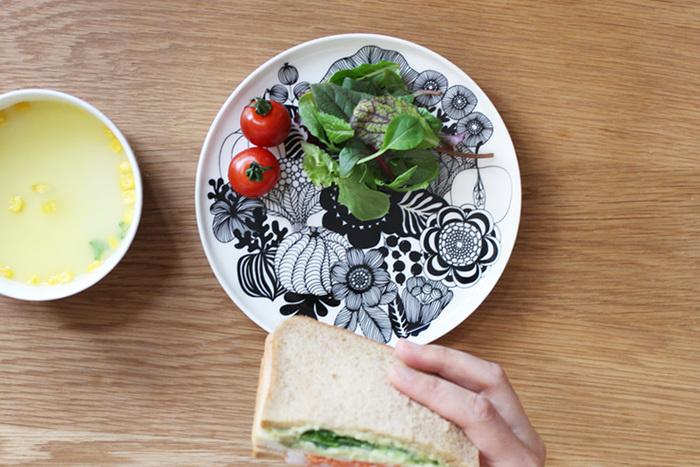サンドイッチとサラダの組み合わせ。いつものメニューもワンプレートにのせるだけで一味違ったおしゃれモーニングに。お皿の柄がモノトーンなので、野菜の彩りが際立ってひときわ美味しそう。コーンポタージュと一緒に召し上がれ♪