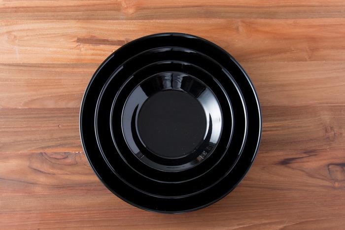 シンプルで無垢なワンカラーのワンプレート。 特に深みのあるブラックのお皿は、なんだか上手に使えるか心配…。 でもそんな心配は無用です。  しっかり食材のよさや色味を生かして、引き立ててくれます。  野菜やメインディッシュなど、気負わずのせていけば、あなた色のワンプレートごはんに♪