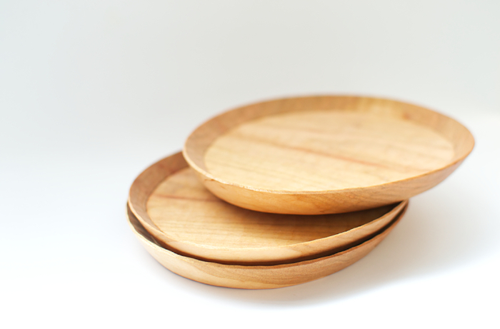 秩父にアトリエを構える木工作家のうだまさしさんがつくる丹精こもった木製プレート。 この一皿で過ごすランチタイムは格別。  一つとして同じ形、木目がない手仕事の素朴な温かみが感じられる一枚です。