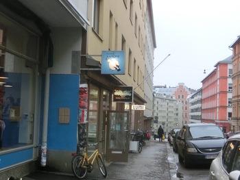 そんな映画のロケ地である「かもめ食堂」は、トラム3番「Viiskulma」下車徒歩約5分の場所にあります。水色のかもめのイラストが目印。