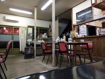 店内はレトロでノスタルジック。庶民的な雰囲気の中華料理屋さんです。